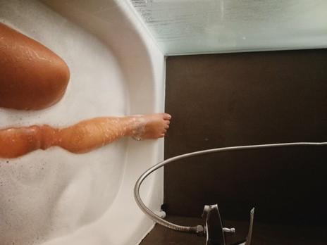 רגליים במים וראש באוויר