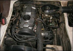 Mitsubishi L300 Motorraum mit Benzinmotor 4G32