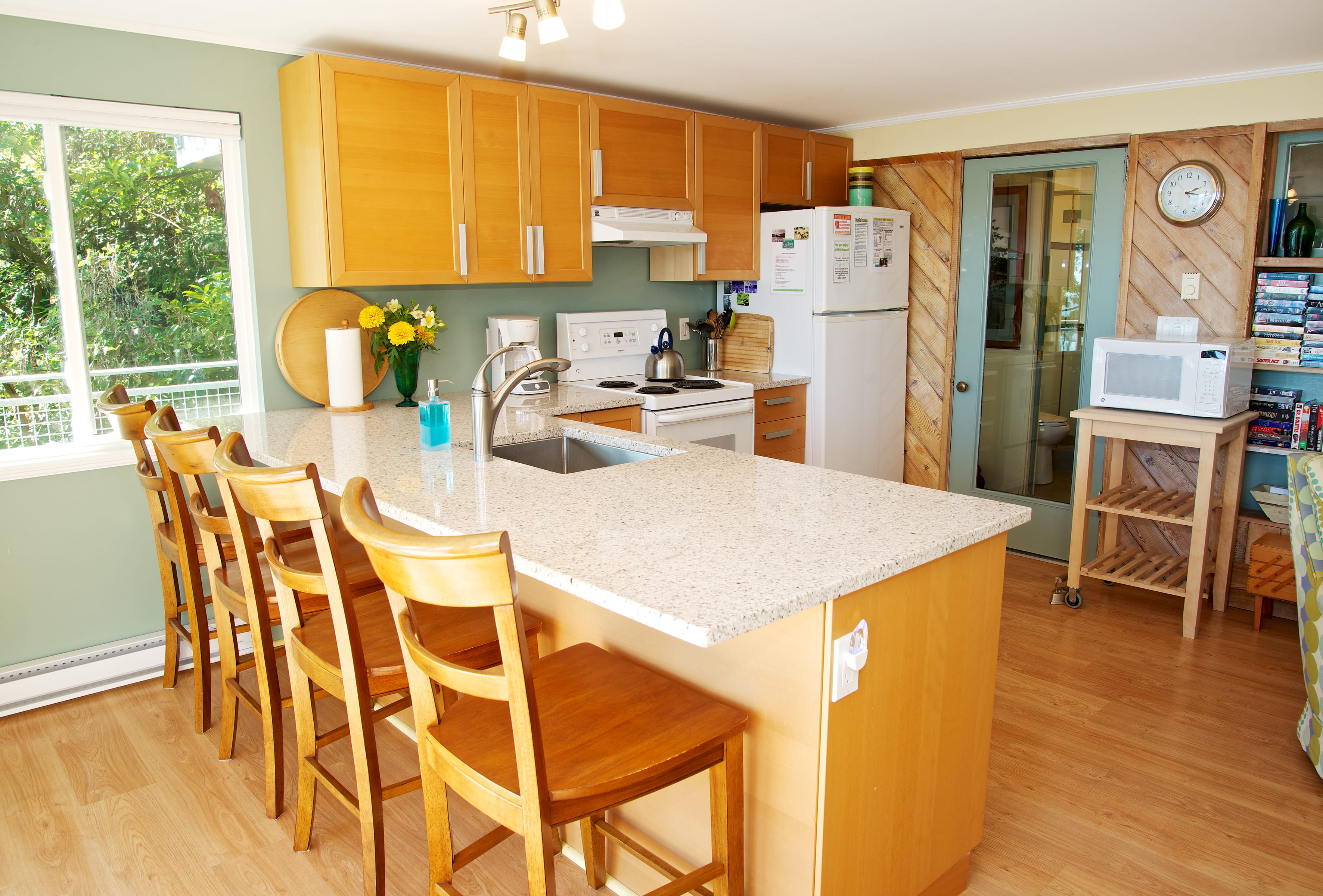 kitchen w granite counters, dishwasher fully stock (1)