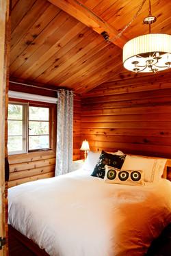 Queen bed comfy and quiet