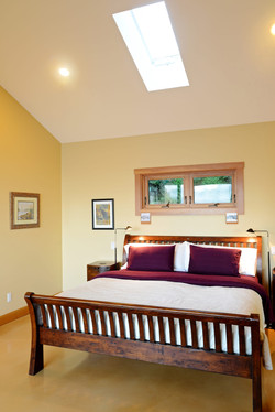master suite with king bed & ensuite (2)