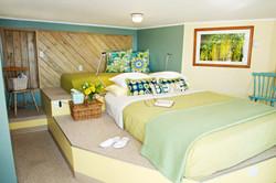 Lazy Bowen Waterfront Suite