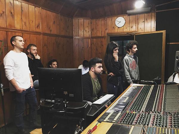 לימודי סאונד והפקה | תלמידים מתפעלים קונסולה בחדר הבקרה באולפן ההקלטות