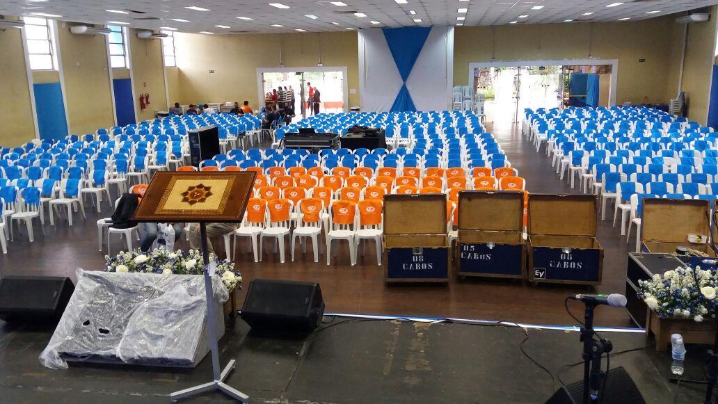 cadeiras plastico em evento