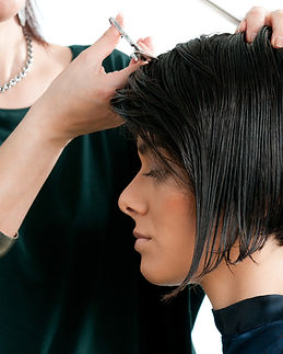 coupe-cheveux-courts-femme-coiffeur-full