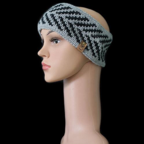 Modell Zoey Stirnband handgestrickt silber/schwarz