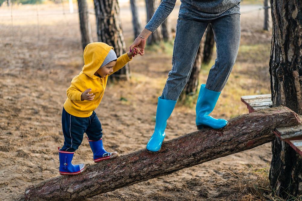 Kind Elternteil Baumstamm Natur