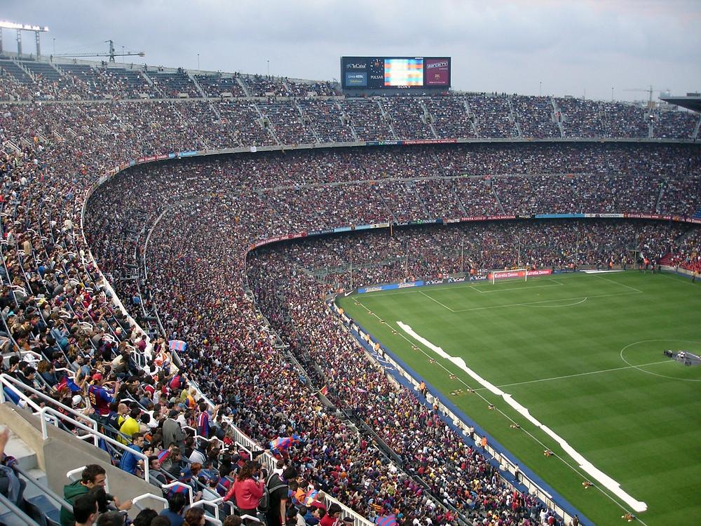 Fußballstadion mit Zuschauern Fußßballfeld