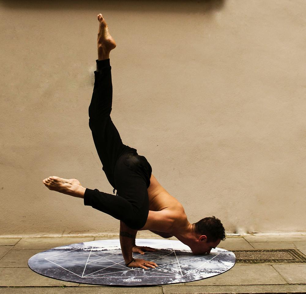 Yoga Handstand Mann
