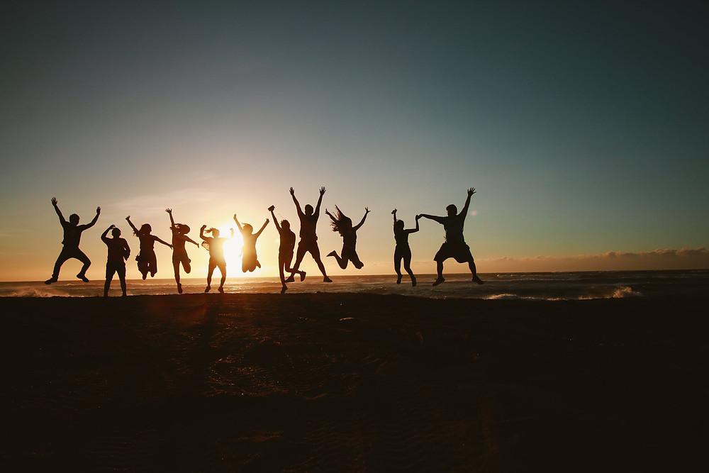 Menschen Springen Sonnenuntergang