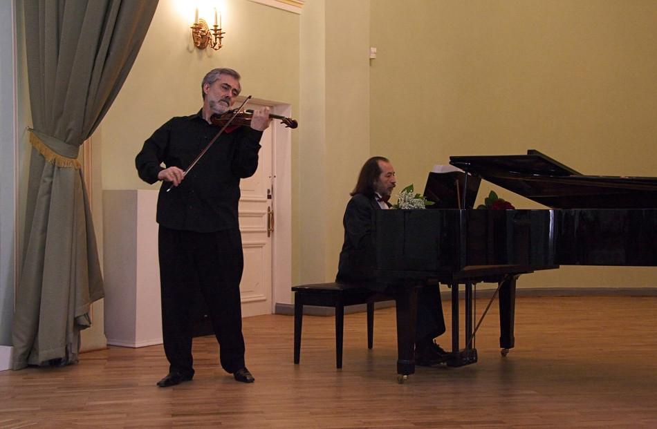 Festival concert in the Oranienbaum Palace ensemble, Sergey Oskolkov, piano, and Arthur Javadjan, violin.