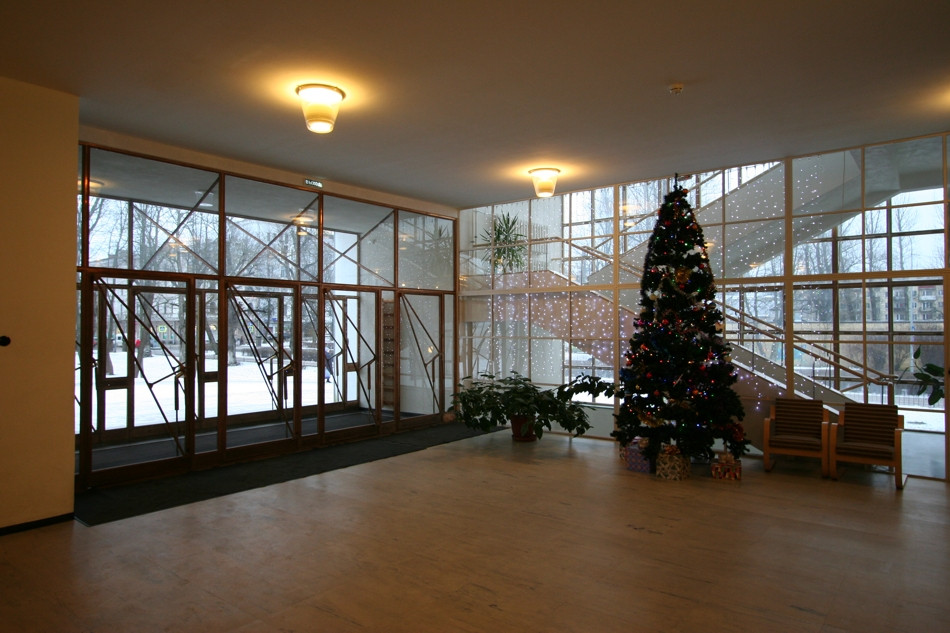 Aalto library lobby with Christmas tree.