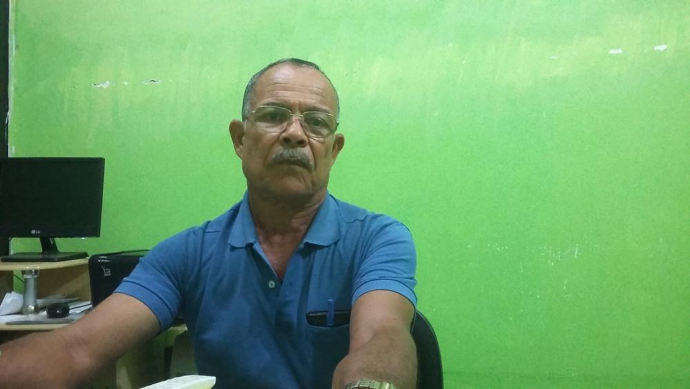 Manuel Coco, atual Presidente do Sindicato, olhando para a câmera, sentado, com braços esticados na mesa e com camisa polo.