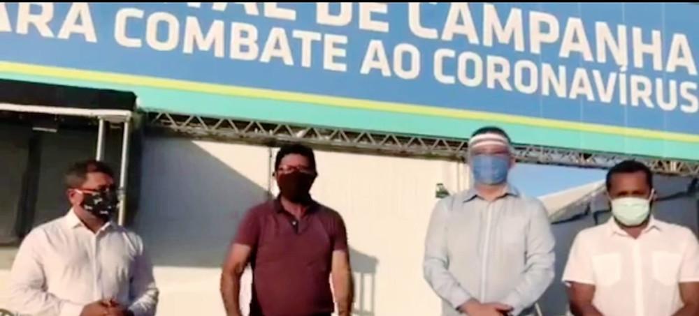 Vereadores de oposição em frente a hospital de campanha