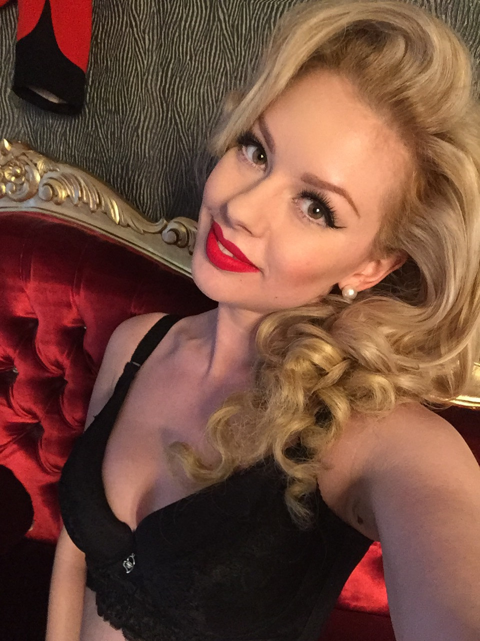Heather Valentine Model | Hollywood Glamour Pin Up Boudoir Photo Shoot selfie