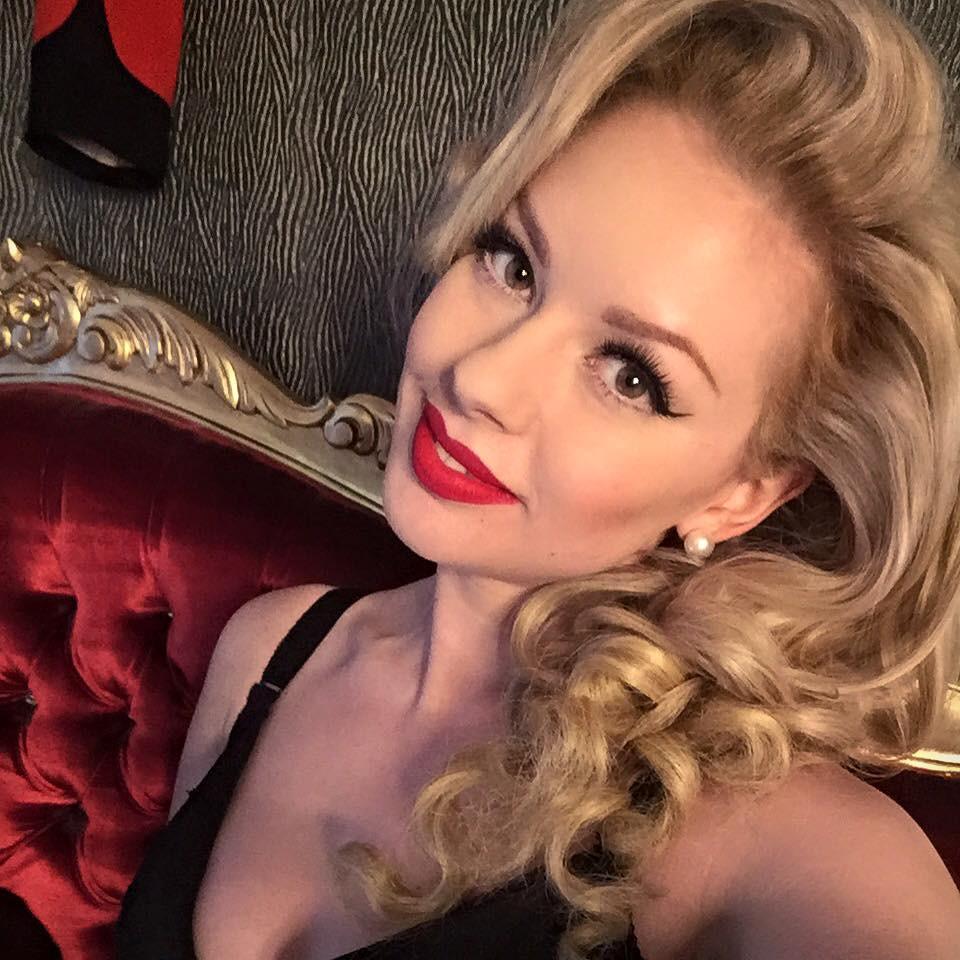 Heather Valentine Vintage Blogger & Pin Up Model Selfie