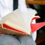 деловой портрет книга в руках