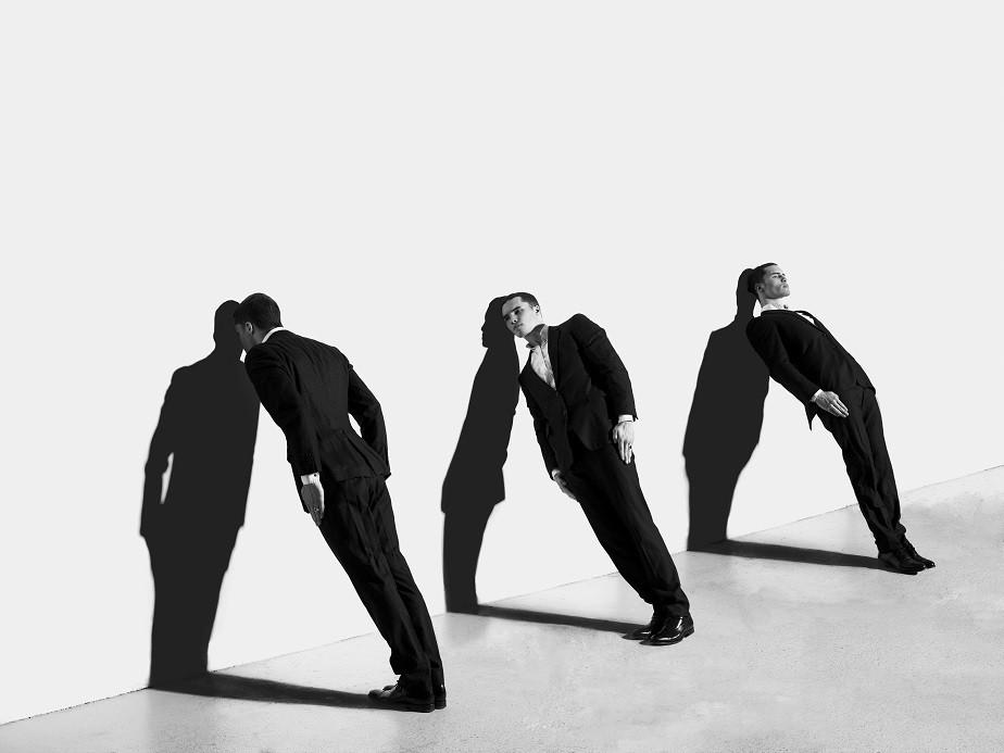 Black & white Portrait of a man leaning on the wall by photographer Juliette Jourdain