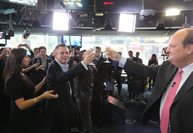 Wix CEOとNASDAQのVPが乾杯をする