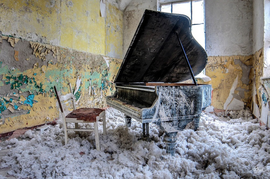 piano in an abandoned house by wix photographer tekprod