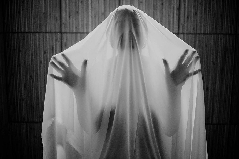 woman in black and white under a sheet by wix photographer Fontenele