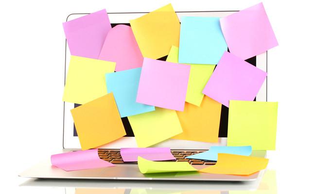 パソコンに付箋がたくさん貼られている写真