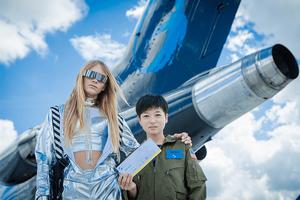 飛行機の前に立つ、玲子さんとスタブストラスコ