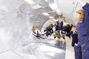 飛行機の中, 無重力空間