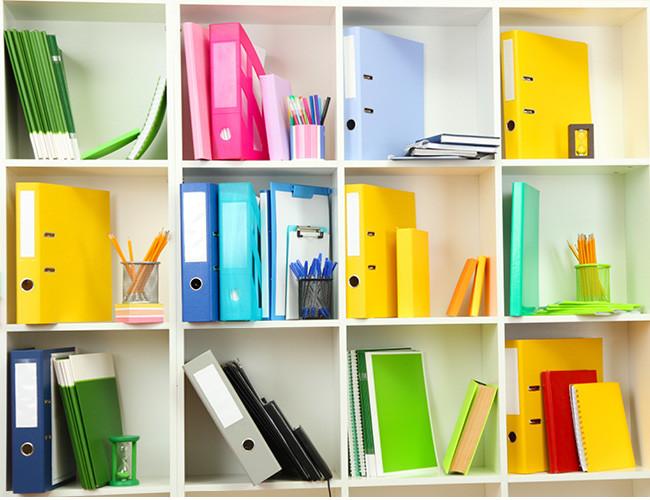 カラフルに色分けされた書類棚