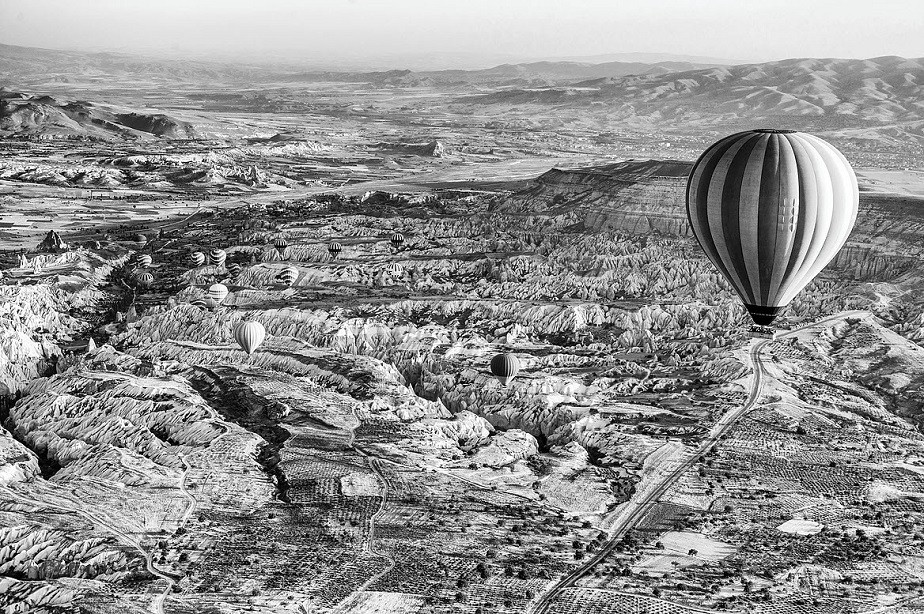 Hot air balloon in black and white by Wix photographer Roberto Vamos
