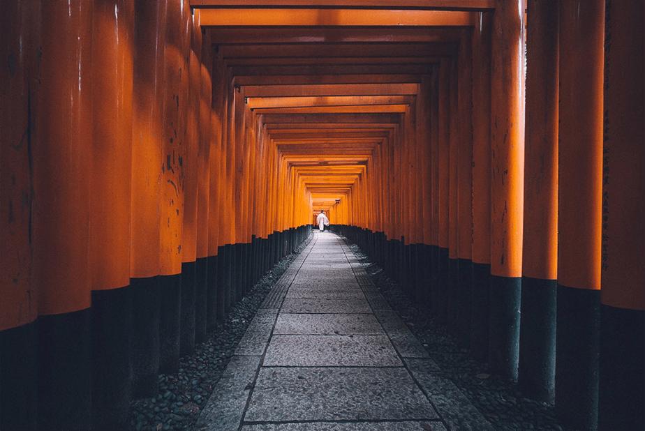 monk walking trhough Fushimi Inari-taisha
