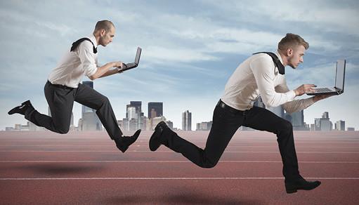 dois homens correndo
