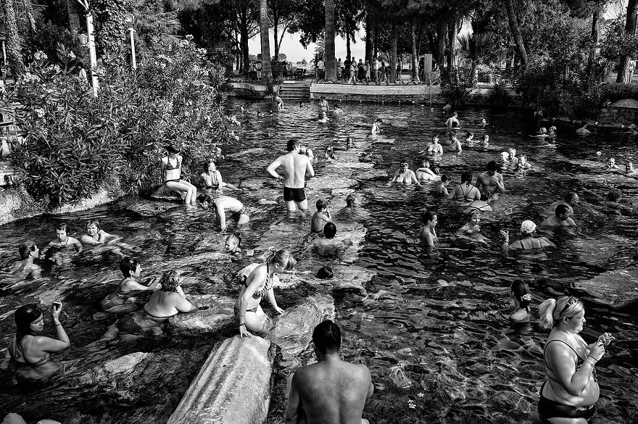 Crowded swimming pool shot in black and white by Wix photographer Roberto Vamos