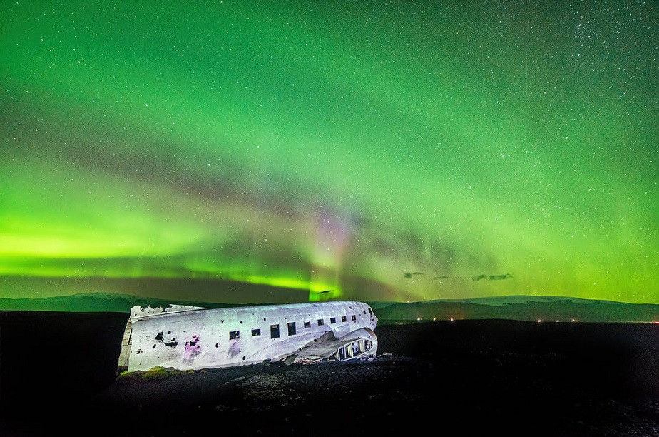 Beautiful green lights with plane by Wix photographer Albert Dros