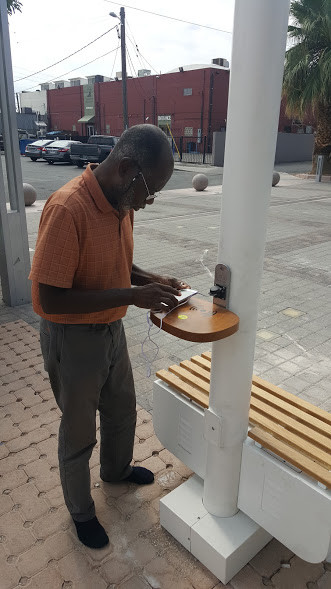 solar street light with charging station
