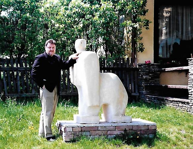 ARTIST & SITTING FIGURE - AUSTRIA -1998