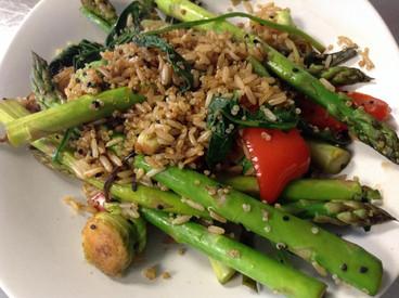 Vegetales salteados con quinoa y arroz
