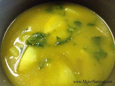 Sopa de papa, espinaca y flor de calabaza