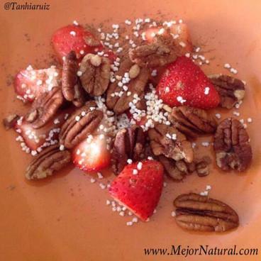 Nueces con cacao, amaranto y fresa