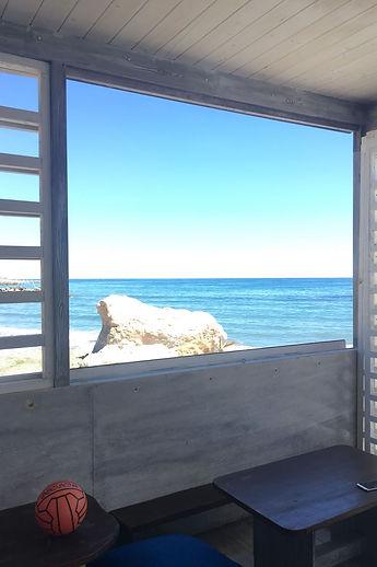 Finestra sul mare azzurro