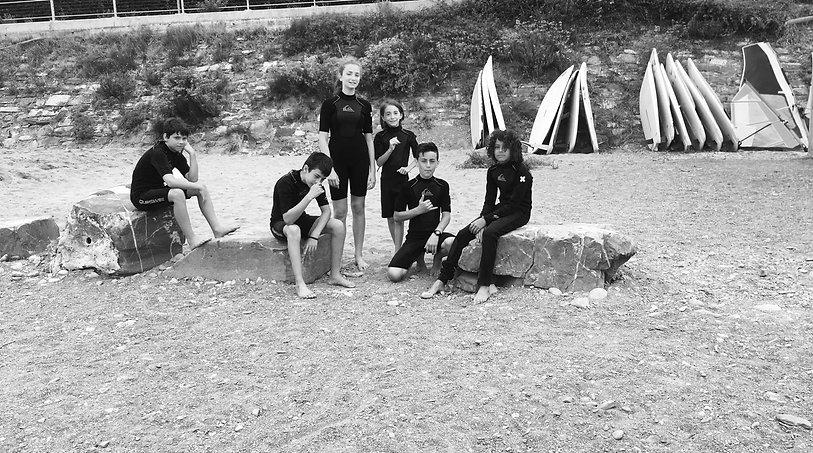 Giovani surfers sulla spiaggia