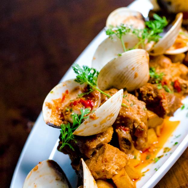 portuguese-cuisine-authentic-pork_clams-
