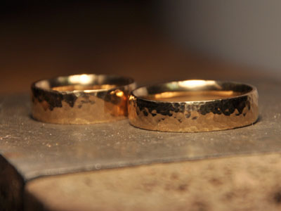 400-wedding-red-gold-hammered-wedding-rings