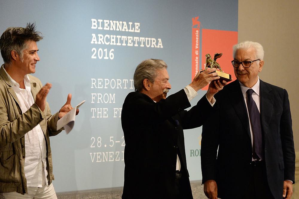 Director de la XV Bienal de Arquitectura  Arq. Alejandro Aravena - Ganador del León de Oro a la Trayectoria Arq Paolo Mendes da Rocha de Brasil - Director de la Bienal de Venecia Dr Paolo Baratta.