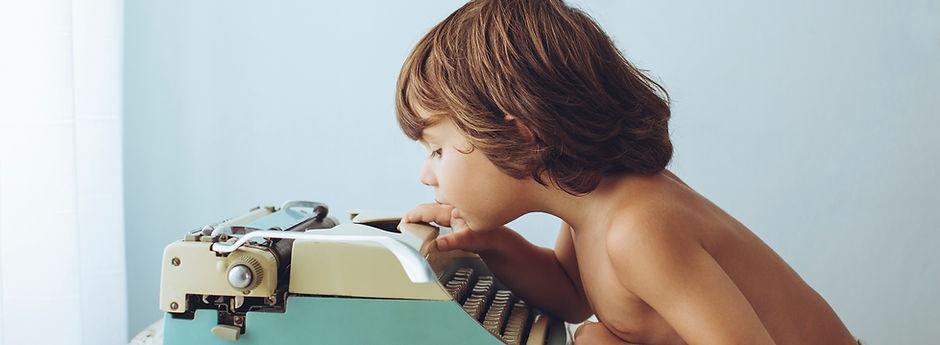 Niño con el tipo de máquina