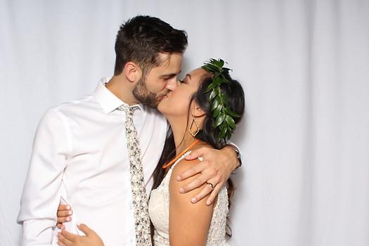 dallas photobooth couple kissing