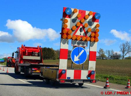 Læk af flydende asfalt på Sydmotorvejen spærrer højre spor.