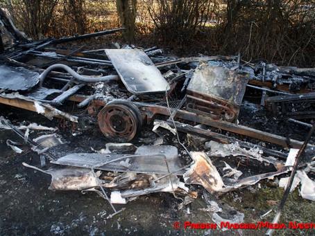 Campingvogn blev til vrag efter voldsom brand
