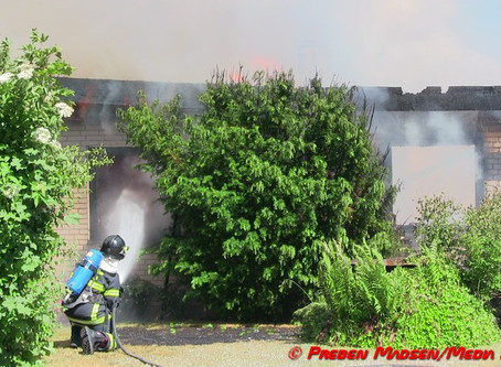 Voldsom brand lagde parcelhus i ruiner.