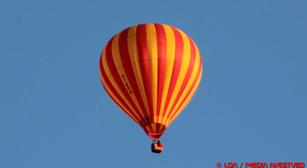 Luftballon i frostklart himmelrum